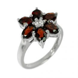 Stшнbrnэ prsten ve tvaru kvмtu s pшнrodnнm Granбtem
